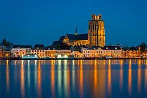 De kerk van Dordrecht in het blauwe uur. van Jos Pannekoek