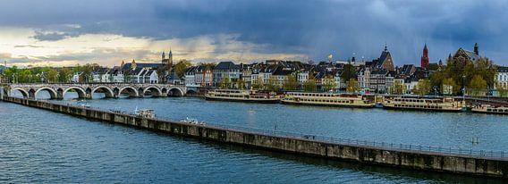 Maastricht - Mestreech met dreigende wolken I van Teun Ruijters