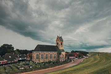 Onweersbui boven het kerkje van Wierum