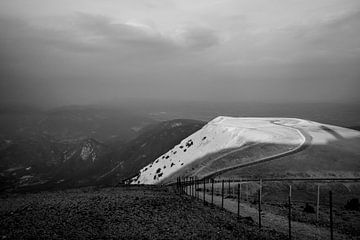 Landschaft Mont Ventoux in Schwarz-Weiß von Beeldpracht by Maaike