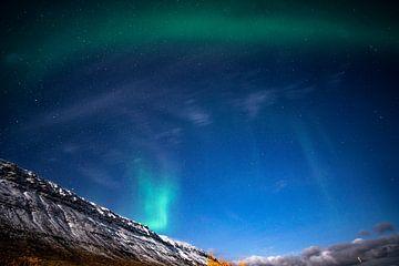 Des aurores boréales vertes et violettes au clair de lune en Islande sur John Ozguc
