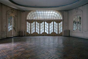 Verlassenes Theater mit besonderem Fenster von Tim Vlielander