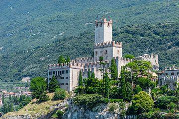 het mooie castello in Malcesine, Gardameer van Patrick Verhoef