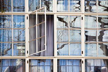 Dichte gordijnen en een openstaand raam van Peter de Kievith Fotografie