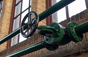 green manual valve in green metal tube sur Compuinfoto .