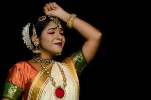 Traditionele Kathakali danseres in Kerala van Rik Plompen