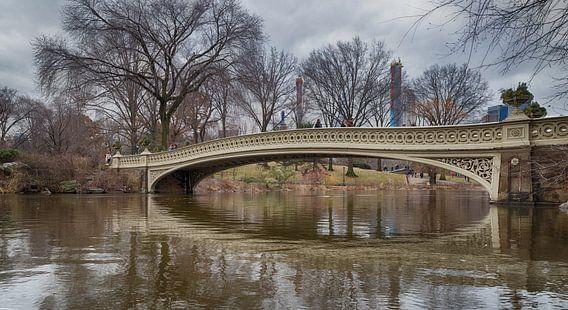 De boogbrug in centraal park, de mening van het de stadsdaglicht van New York met bezinning in water