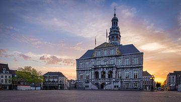 Markt  - Stadhuis - Maastricht in de ochtend van Teun Ruijters