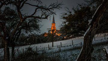 Kerk Vijlen - avond. Winter / sneeuw van Ivo Vleugels