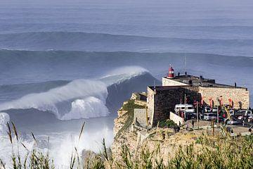 Grote golven in Nazare van Jop Hermans