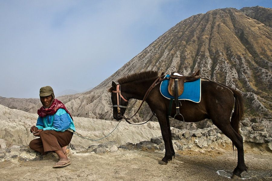 Gids bij de bromo vulkaan op Java