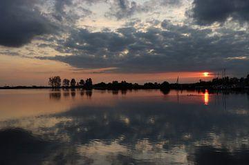 Sonnenuntergang mit natürlichen Rahmen von Monique Visser