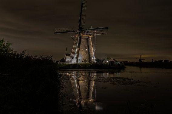 Kinderdijk by night 2 van Arjan van Roon