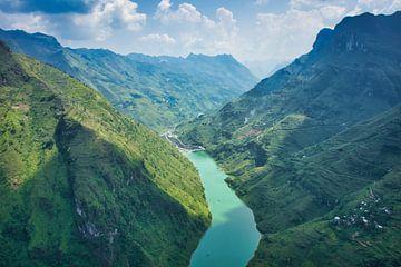 Fluss durch die Berge von Bart Nikkels