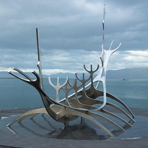 Solfar (Sun Voyager) Sculpture van Menno Schaefer