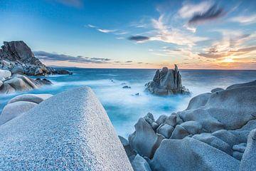 LPH 71319028 Golven op de gladde rotsen van het schiereiland Capo Testa van BeeldigBeeld Food & Lifestyle