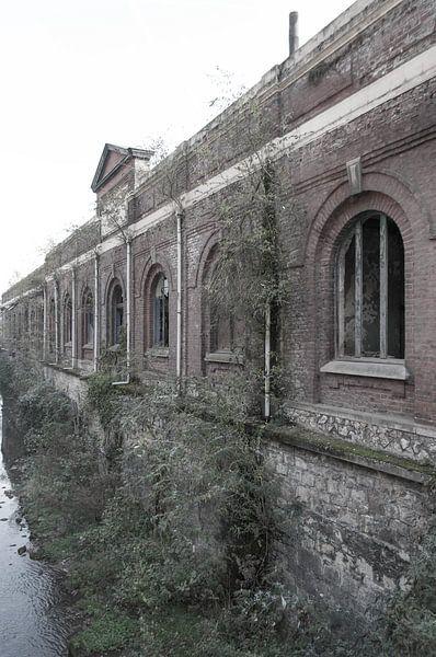 Verlaten fabriek van Fatima Maria Mernisi