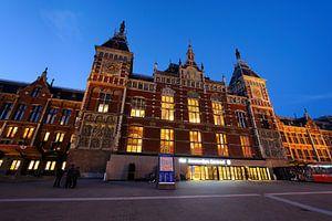 Station Amsterdam Centraal in de avondschemering