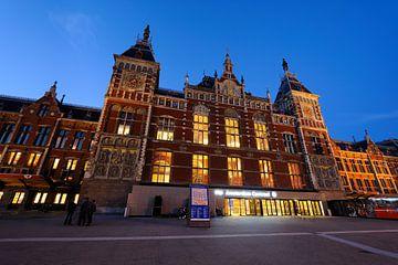 Station Amsterdam Centraal in de avondschemering von Merijn van der Vliet