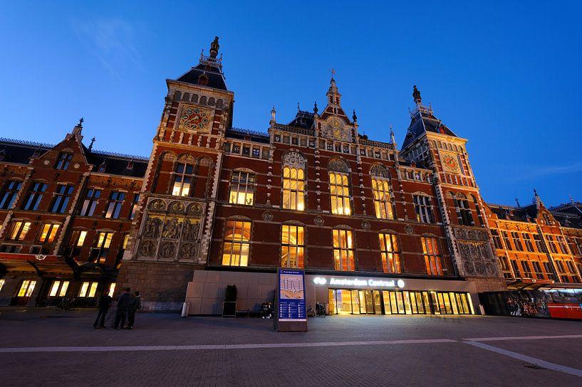 Station Amsterdam Centraal in de avondschemering van Merijn van der Vliet