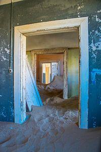 Doorkijkje in Kolmanskop, spookstad in Namibië