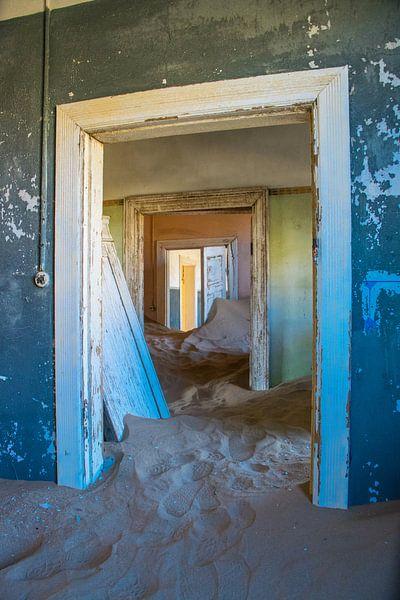 Doorkijkje in Kolmanskop, spookstad in Namibië van Rietje Bulthuis