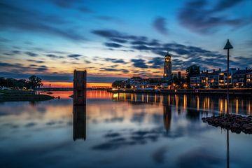 Blauwuur stadsaanzicht van Deventer tijdens windstille zomer avond van Bart Ros