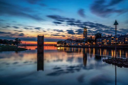 Blauwuur stadsaanzicht van Deventer tijdens windstille zomer avond