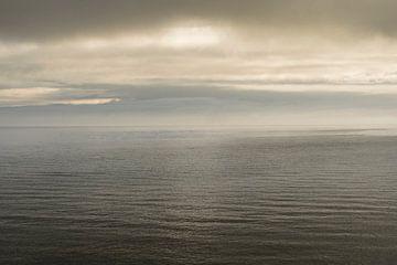 Avond aan de kust, waar de zee en de lucht elkaar kussen. van whatido intheshadow
