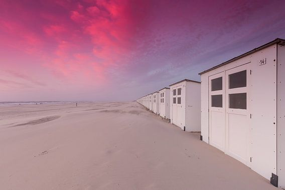 Strandhuisjes op Texel tijdens zonsondergang