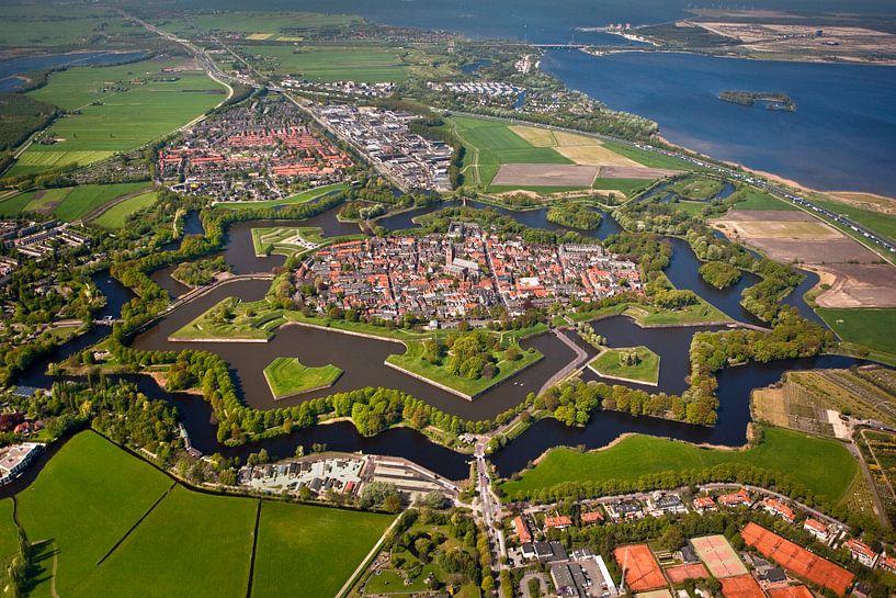 Vue aérienne de la forteresse de Naarden au printemps. sur Frans Lemmens
