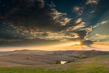 Schitterende wolkenlucht boven het Toscaanse landschap