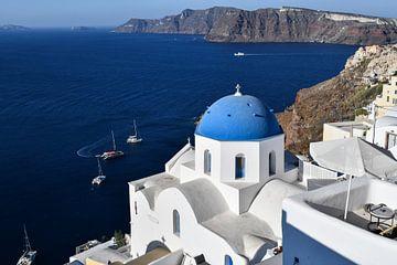Blaue Kuppel Santorinis mit Blick aufs Meer