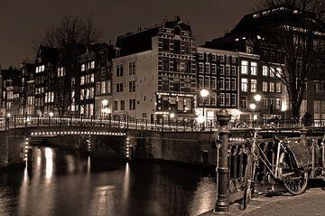 Amsterdam in der Nacht in Schwarz und Weiß von Marjo Snellenburg