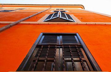 Kleurrijk huis in Spaanse stijl tijdens warme zomertijd van Yevgen Belich
