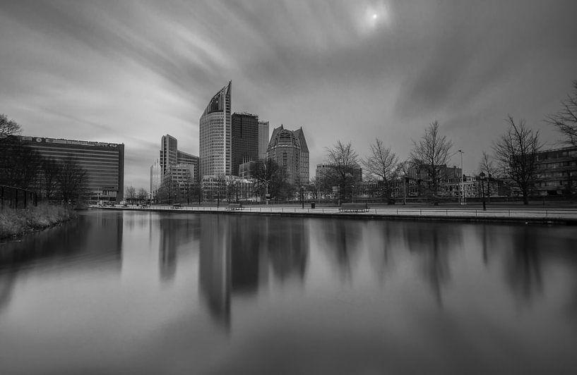 Skyline Den Haag in zwartwit van Ilya Korzelius