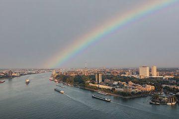 regenboog boven Rotterdam van Ilya Korzelius