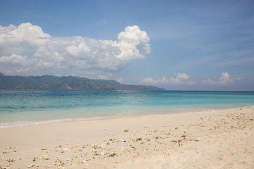 Strand en zee met wolken en een eiland van Esther Mennen