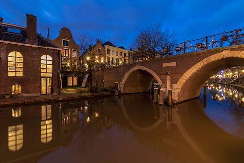 Utrecht in de avond: Vollersbrug over de Oudegracht en voormalige bierbrouwerij De Boog