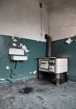 Alter Ofen in baufälliger Hütte von Anne Sypré