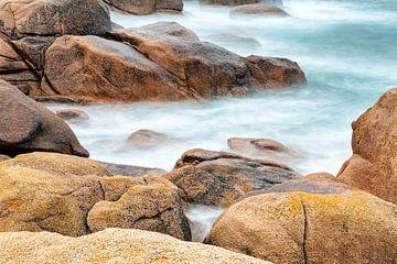 Rotsformatie in de Zee bij Ploumanac'h in Bretagne, in Frankrijk van Evert Jan Luchies