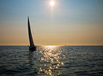 Segelboot bei Sonnenuntergang auf dem Watten zwischen Schier und Lauwersoog von Steven Boelaars