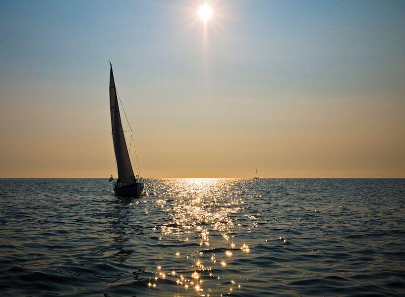 Zeilboot bij zonsondergang op het Wad tussen Schier en Lauwersoog van Steven Boelaars