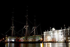 """VOC schip """"Amsterdam"""" naast het Scheepvaartmuseum"""