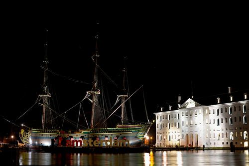 """VOC schip """"Amsterdam"""" naast het Scheepvaartmuseum van Wim Stolwerk"""