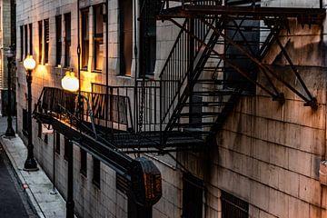 Feuertreppe aus Gusseisen und Laternen in Chicago von Okko Huising - okkofoto