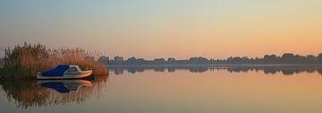 Kleine boot in water  met mooie spiegeling van Henk van den Brink