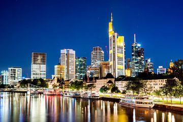 Skyline of Frankfurt at night van Günter Albers