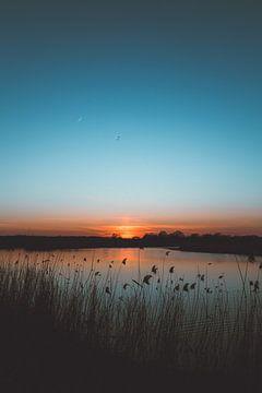 Donkerblauwe zonsondergang van Wouter van der Weerd