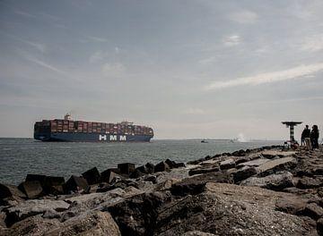 Containerschip voor de Maasvlakte. van scheepskijkerhavenfotografie